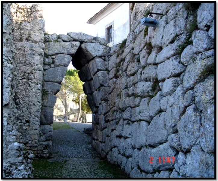 Oculto en Italia: Ruinas ciclópeas prohibidas, (¿de gigantes de la Atlántida?) Cyclopean-Ruins-Arpino-1